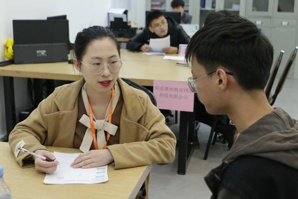 长沙新华举办软件专场校园招聘会