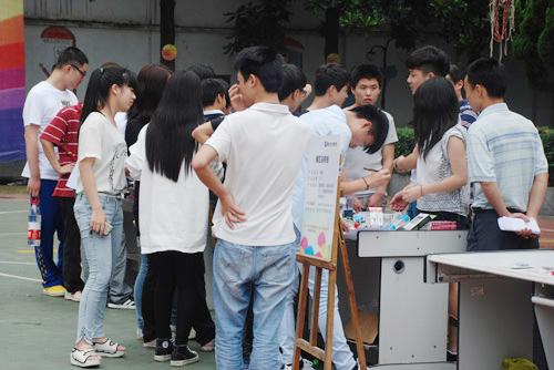 9、学生们参观各产品展示台.jpg