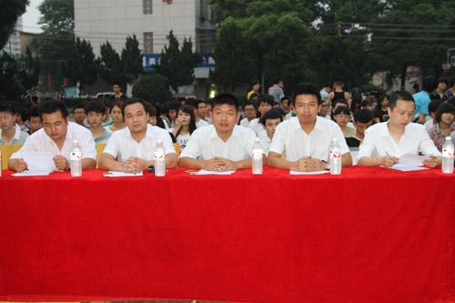 学院领导担任本次演讲比赛的评委.jpg