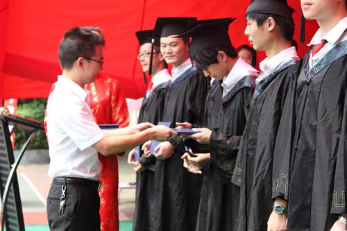 4老师为学生颁发毕业证书.jpg