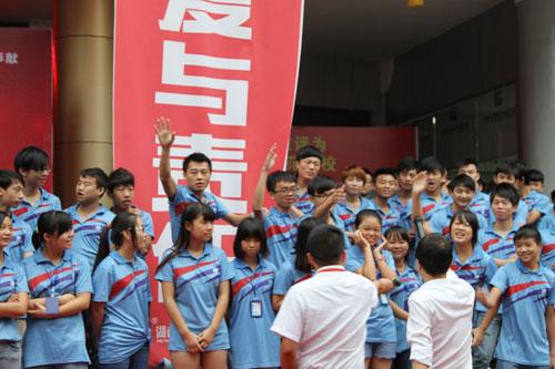 7学生踊跃参加有奖竞猜活动.jpg