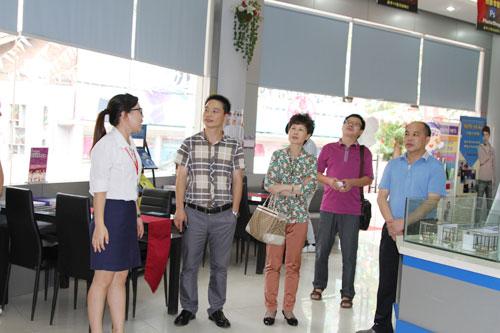 2在咨询中心向领导展示学院电子屏.jpg