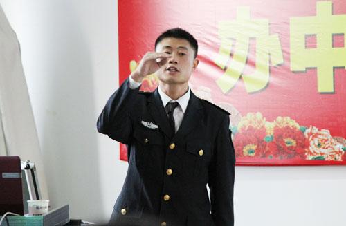 2戴教官抑扬顿挫的讲解消防知识.jpg