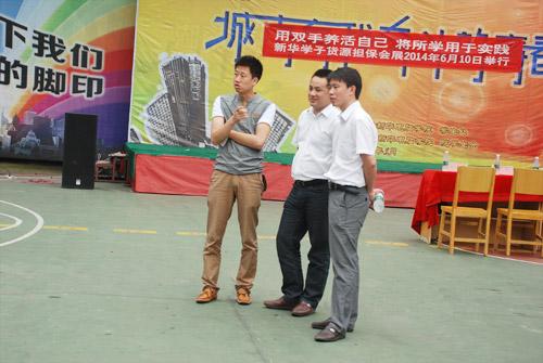 龙总(左一)与院领导就学生创业进行讨论.jpg