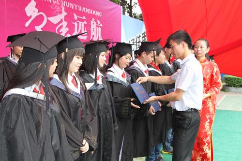 9老师为学生颁发毕业证书.jpg