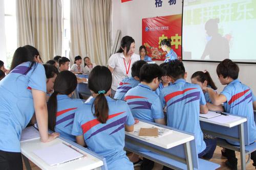 3刘艳丹老师对学生们的作品进行指导.jpg
