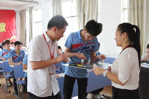 4龙嘉老师与学生进行课堂互动.jpg