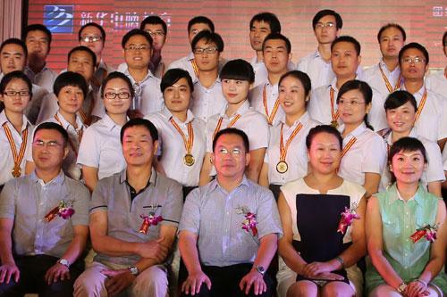 4<a href=http://www.csxinhua.com/ target=_blank class=infotextkey>新华</a>名师与濮存昕合影留念.jpg