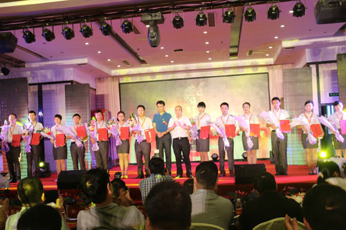 1包括李涤尘老师、粟小苏老师和肖畅老师在内的金牌讲师上台领奖.jpg